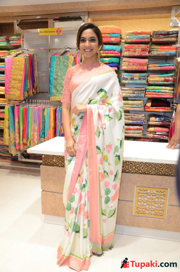 Ritu Varma Inagurate Chennai silks Show room at Mehdipatnam