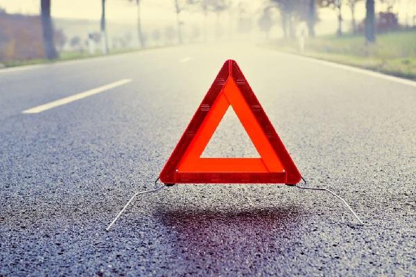 मंडी : सड़क पर पलटी तेज रफ्तार गाड़ी, महिला की मौत